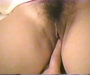 Madre peluda asiática milf follada por guy joven en cuarto de baño