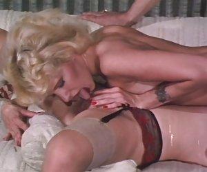 Chica jugosa le encanta pop su coño mojado en la leva