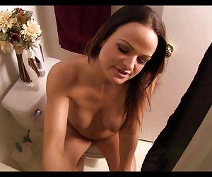 novia masturbándose en la playa
