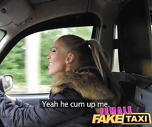 Morena caliente cabalga consolador grande viendo porno