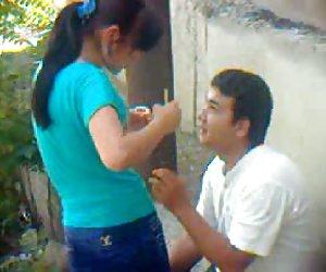 Uzbek pareja joven al aire libre - khwarezm