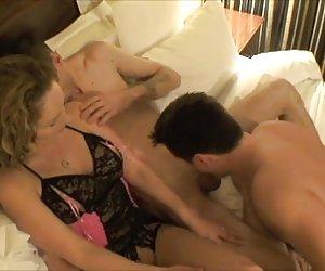 Morena de culo caliente se sienta en la cara de babe cachonda con su fuckhole