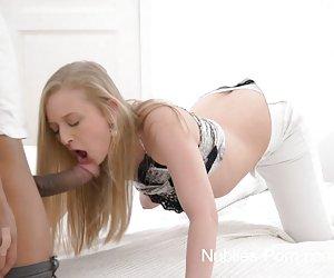 mujer atrapada en cámara oculta tiene un orgasmo rápido con vibrador.