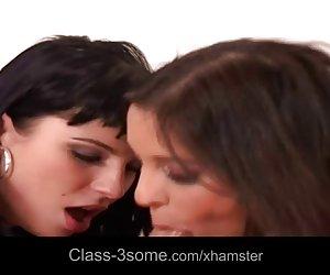 SSBBW con enormes senos se masturba en webcam