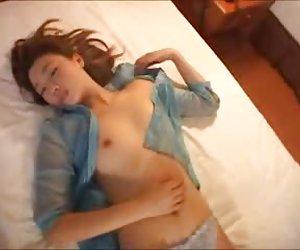 orgasmos increíblemente caliente morena tiene fuerte orgasmo y afeitado