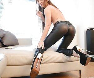 Porno asiático con joven (18 años) y peludo.