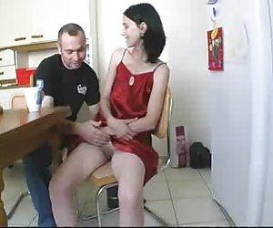Nena juega con el clitoris grande y folla coño peludo
