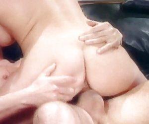 joven amigo recoge y flequillo a abuelita solitaria