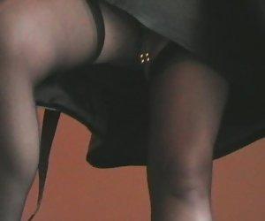 Morena rizado flequillo a rubia joven tatuada con una correa en
