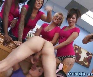 pareja joven trío casero con chica caliente