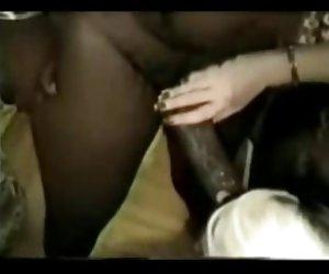 madura mujer rubia divirtiendo con negro