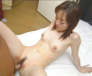 Petite chica asiática con tetas diminutas y cuerpo apretado follada por polla pequeña en dormitorio