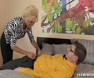 Mamá vieja desagradable jugando gf de su hijo