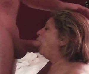 Esta madre caliente rizada le encanta lamer culo