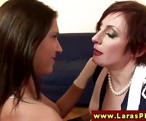 hermosa asiática chupa pijas de cepas como ella toma una enorme polla negra