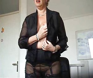 tentadora chica nos invita a divertirnos anal caliente