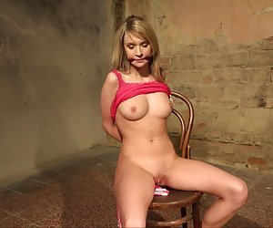 mujer madura seduce a jovencita... f70