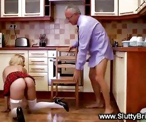 ama de casa con grandes tetas se masturba y se la follan