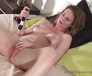 Caliente milf que Angelina no puede dejar de masturbarse incluso junto a la piscina