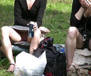Dos chicos jóvenes anales follan a kinkster madura con tetas grandes fuera de la cabaña en el bosque
