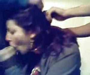 Mujer de pelo largo lujo hace la ropa para la mierda