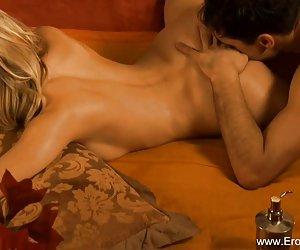 chica sexy tirado en el inodoro