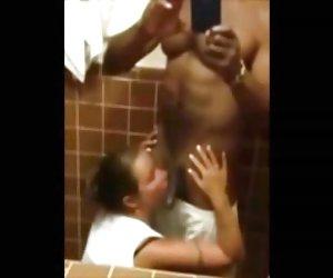 Señora muestra los 48