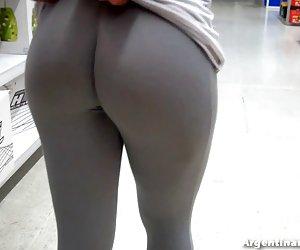 mujer árabe muestra su coño peludo