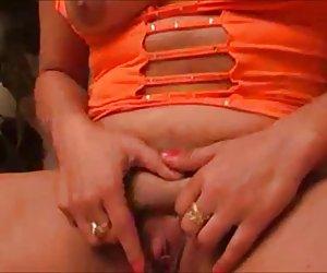 Slutty milf rubia fisher karen se cierra de golpe en el sofá