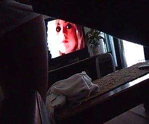 Hermosa joven filipina con coño depilado disfruta follando