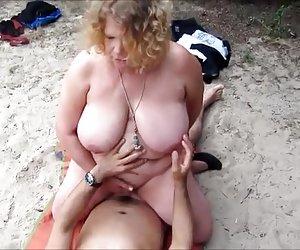 Folladora asiática empujando beige de pelvis