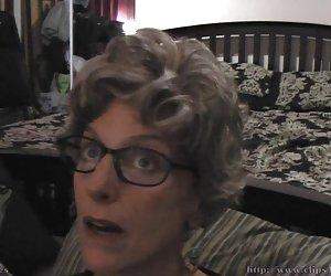Linda rubia recibe un masaje antes de un baño cum