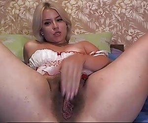Dos chicas calientes tienen sexo anal en trío 2
