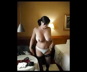 El sexy milf se pone los dedos en la falda
